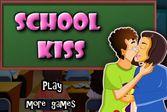 Поцелуй в школе во время большой перемены