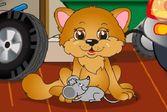 Кошка ловит маленького мышонка