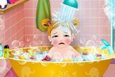 Маленькая девочка принимает ванну