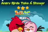 Птички принимают душ